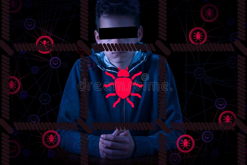 被拘捕的匿名计算机黑客和网络罪犯有佩带戴头巾夹克掩藏的面孔的手铐的 免版税库存照片
