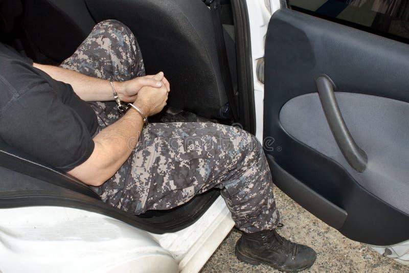 被拘捕的和扣上手铐的人 免版税库存图片