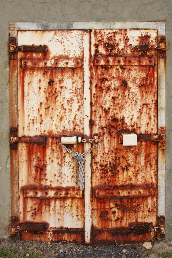 被挂锁的接近门老生锈 免版税图库摄影