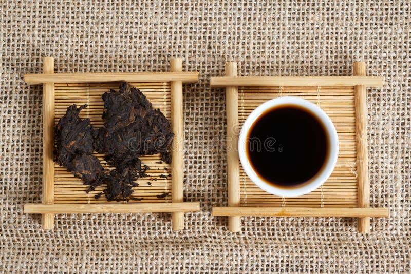 被按的片断普洱哈尼族彝族自治县茶 免版税库存照片