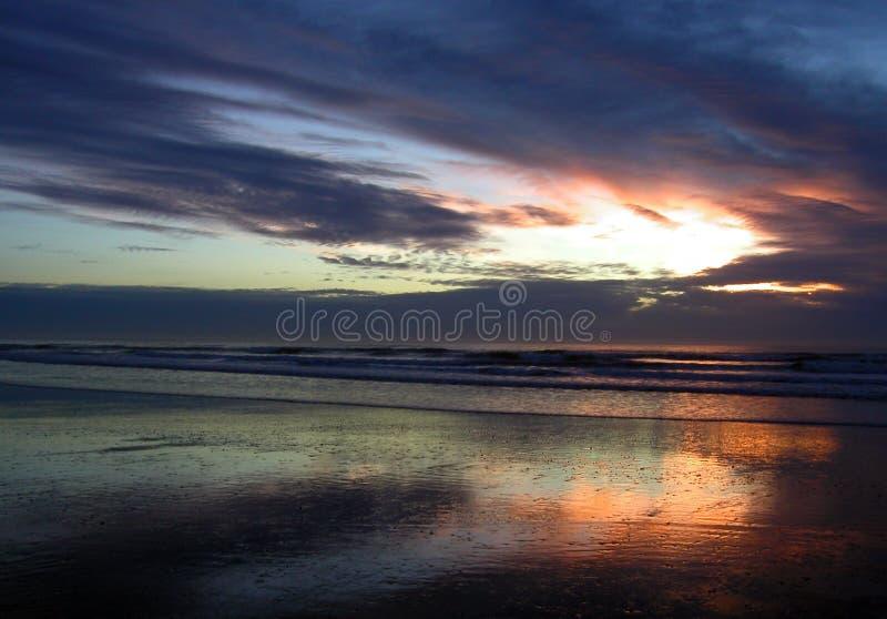 Download 被挫伤的天空 库存照片. 图片 包括有 云彩, 天空, 五颜六色, 海洋, 沙子, 日落, 通知, 反映, 和平 - 55186