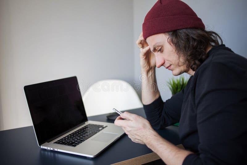 被挫败的站点用户叫支持 发展和工作在互联网上,电话 免版税库存图片