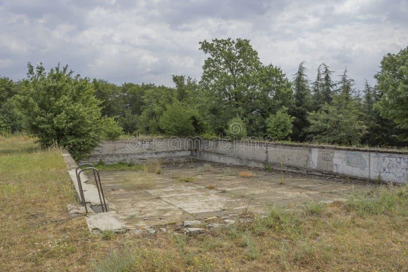被排泄的和被破坏的游泳池 免版税库存照片