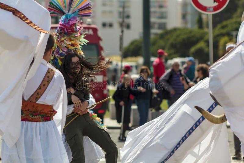 被掩没的人吵闹声年轻在利比亚面具节日 免版税库存图片