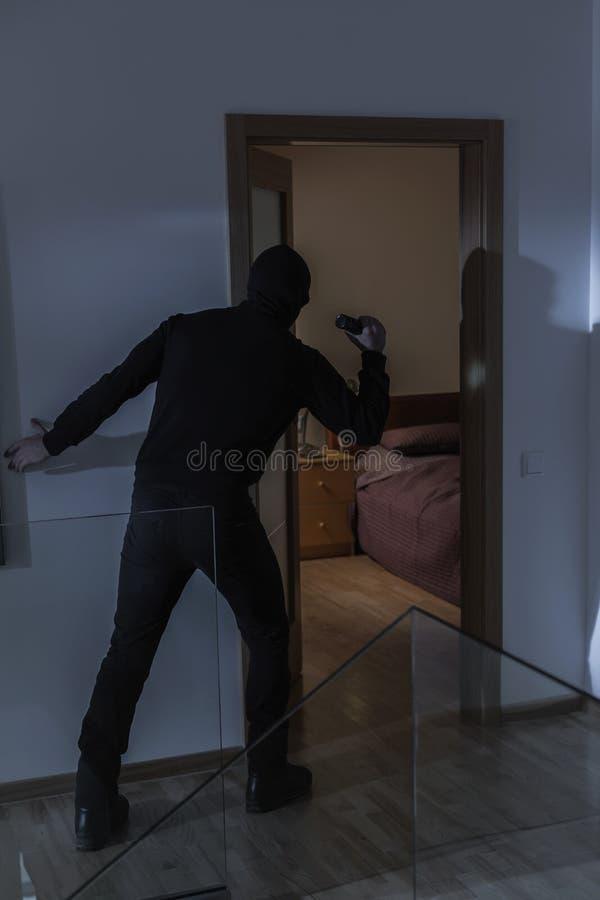 被掩没的入侵者在房子里 免版税库存图片