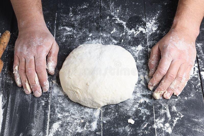 被揉的发酵面团由白色小麦面粉做了 免版税库存照片