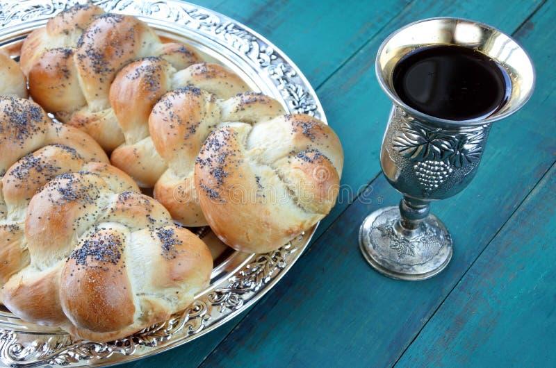 被揭露的鸡蛋面包面包和Kiddush酒杯子 库存照片