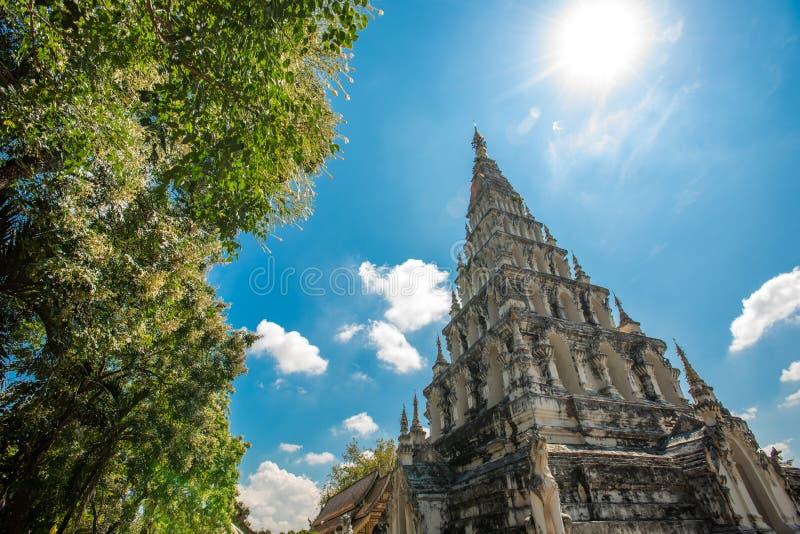 被摆正的塔的Wat Chedi利亚姆Wat Ku西康省或寺庙在Wiang Kam,清迈,泰国古城  库存照片