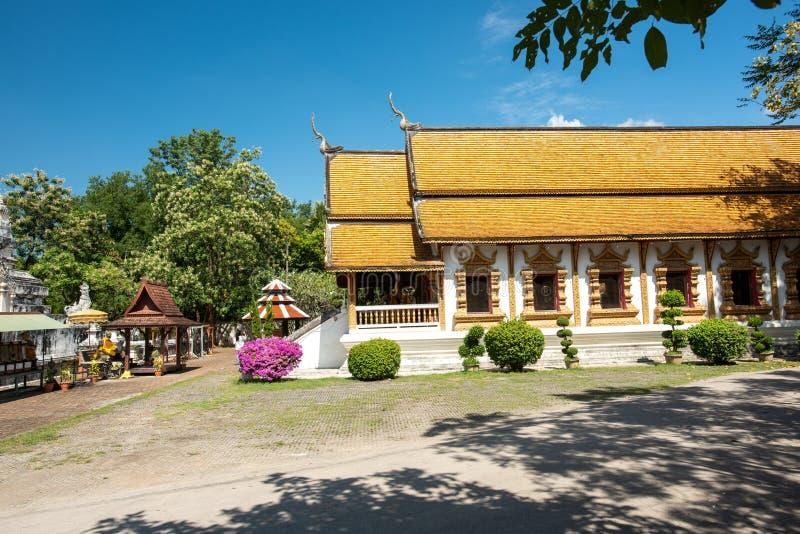 被摆正的塔的Wat Chedi利亚姆Wat Ku西康省或寺庙在Wiang Kam,清迈,泰国古城  免版税库存图片