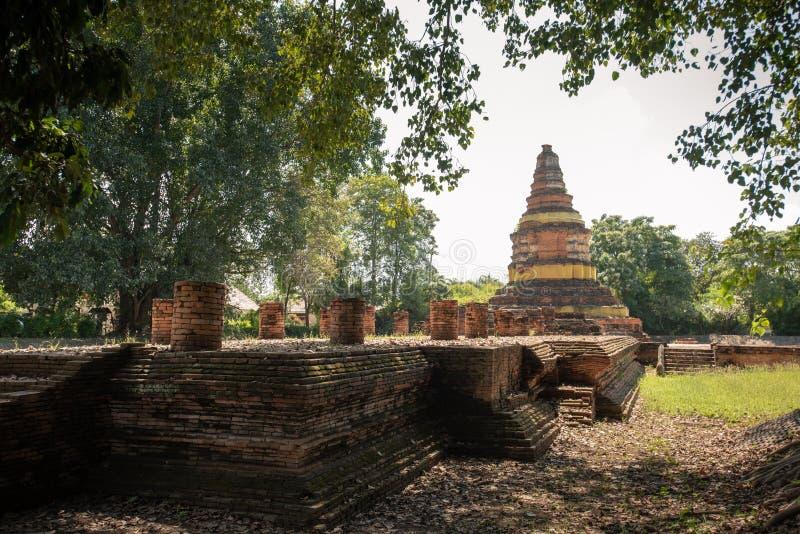 被摆正的塔的Wat Chedi利亚姆Wat Ku西康省或寺庙在Wiang Kam,清迈,泰国古城  库存图片