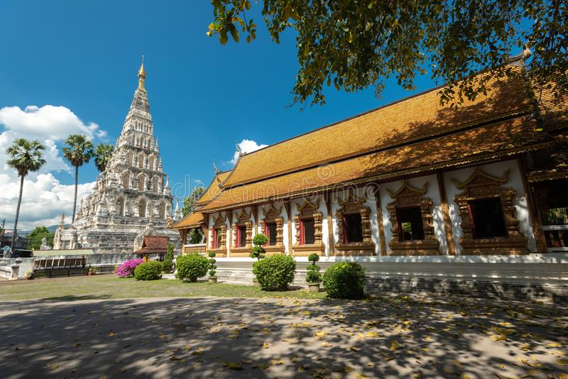 被摆正的塔的Wat Chedi利亚姆Wat Ku西康省或寺庙在Wiang Kam,清迈,泰国古城  图库摄影