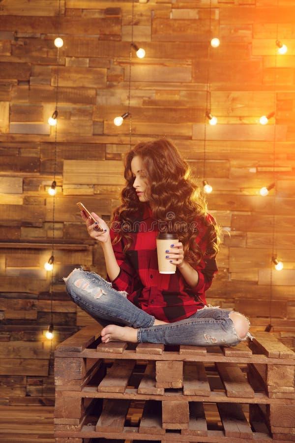被撕毁年轻美丽的现代时兴的女孩一件红色礼服的和 免版税库存照片
