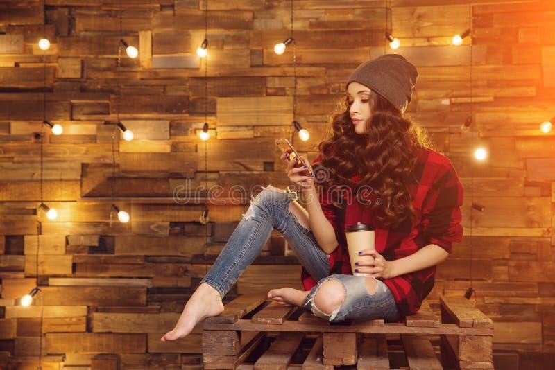 被撕毁年轻美丽的现代时兴的女孩一件红色礼服的和 库存照片