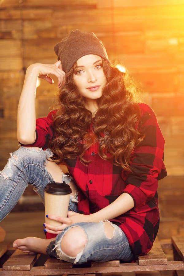 被撕毁年轻美丽的现代时兴的女孩一件红色礼服的和 图库摄影
