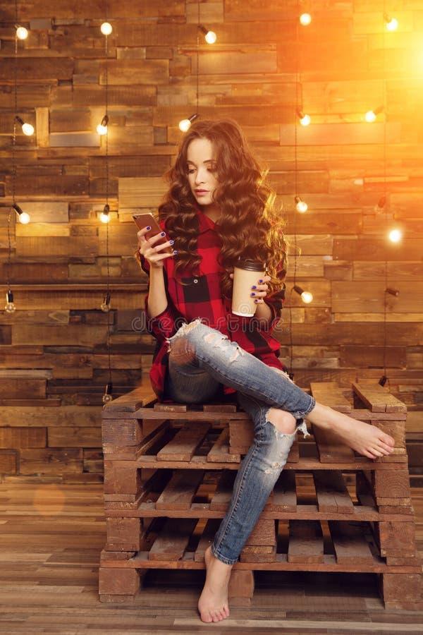 被撕毁年轻美丽的现代时兴的女孩一件红色礼服的和 免版税库存图片