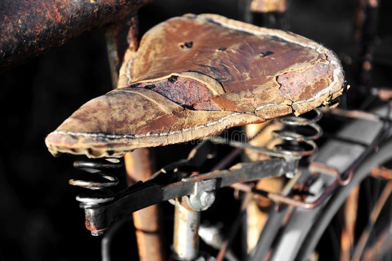 被撕毁的皮革自行车马鞍 图库摄影
