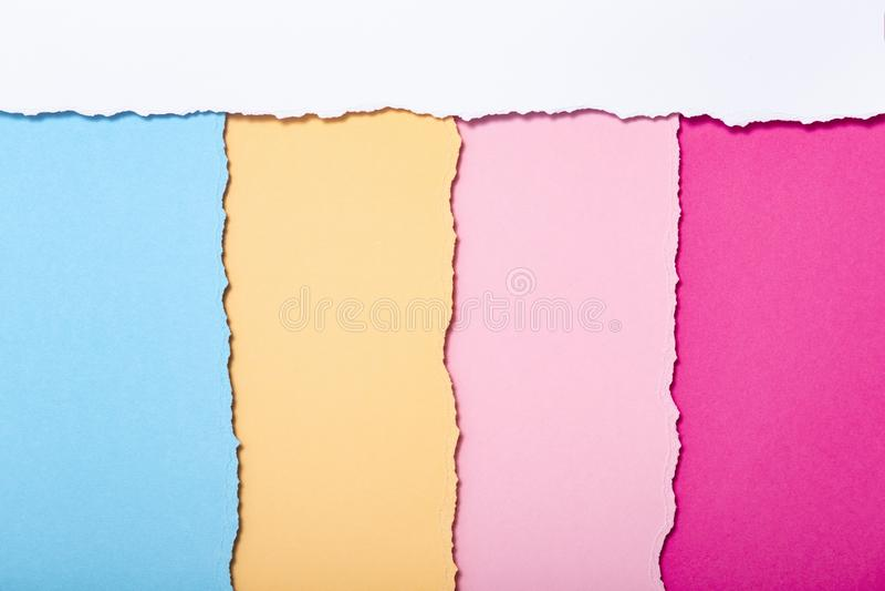 被撕毁的纸板多彩多姿的条纹抽象背景垂直说谎,顶视图 免版税库存图片