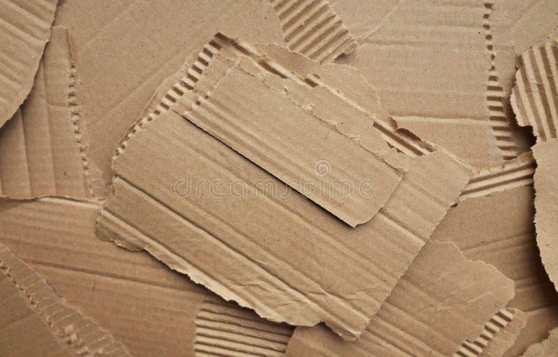 被撕毁的纸板纸包装的背景 免版税库存照片