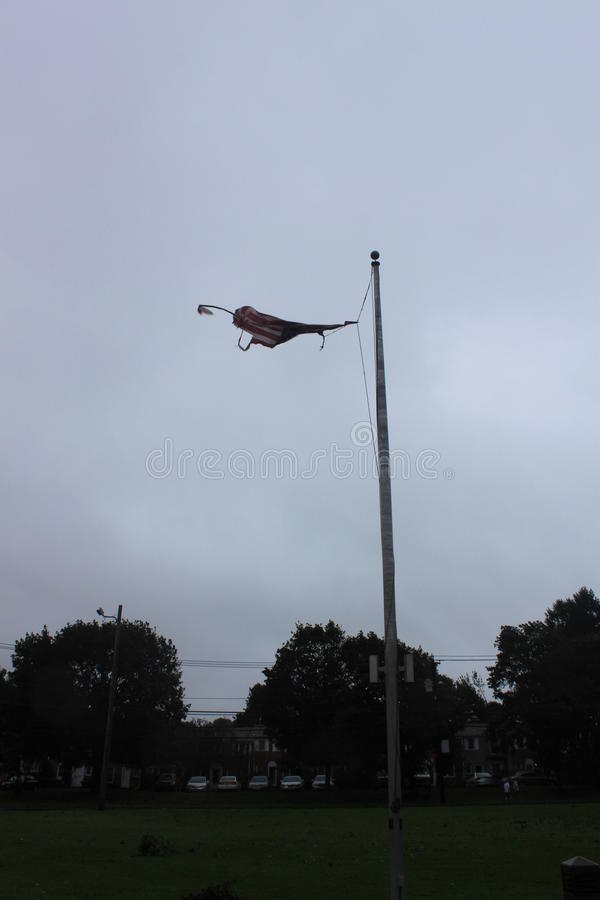 被撕毁的美国国旗 库存图片