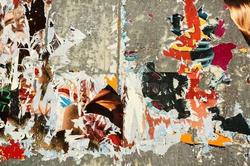 被撕毁的背景grunge老海报 免版税图库摄影