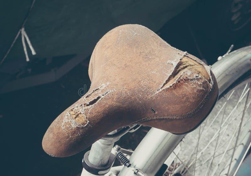 被撕毁的自行车座位 库存照片
