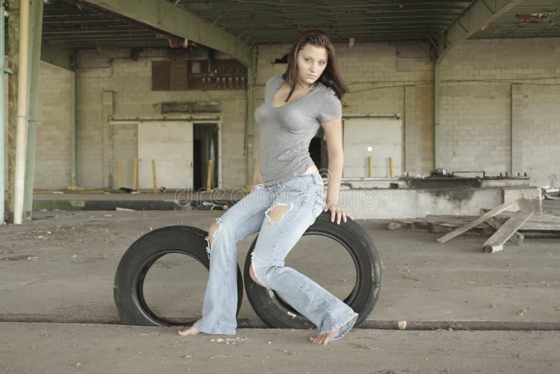 被撕碎的2深色牛仔裤性感 免版税图库摄影