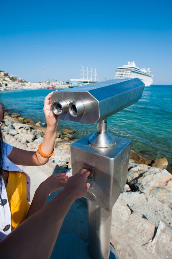 被支付的望远镜,船的观察,观察的区域在堤防 库存图片