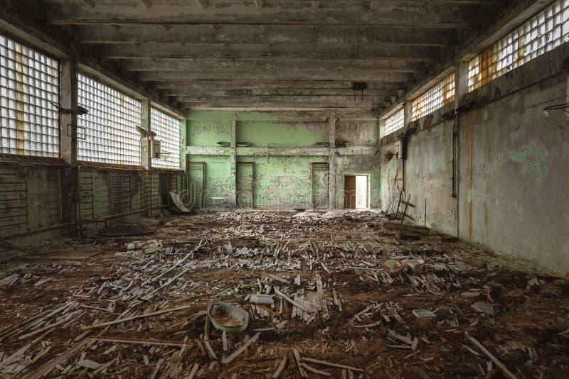 被放弃的体育馆在Pripyat切尔诺贝利学校  免版税库存图片