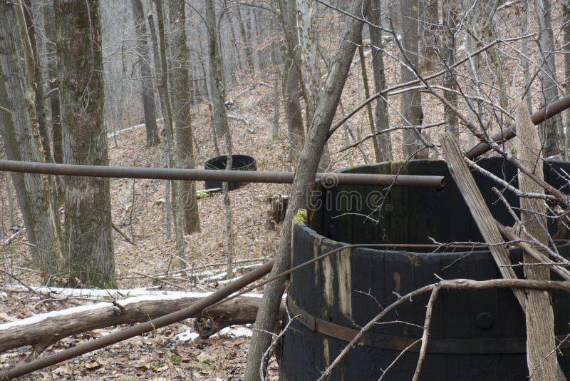 被放弃的储油坦克在森林里 库存照片
