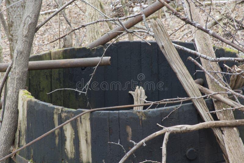 被放弃的储油坦克在森林里 免版税库存照片
