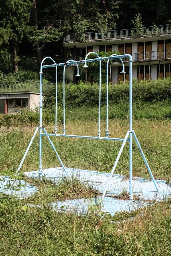 被放弃的公共场所的阵雨 免版税库存照片