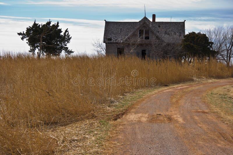 被放弃的农厂房子 免版税库存图片