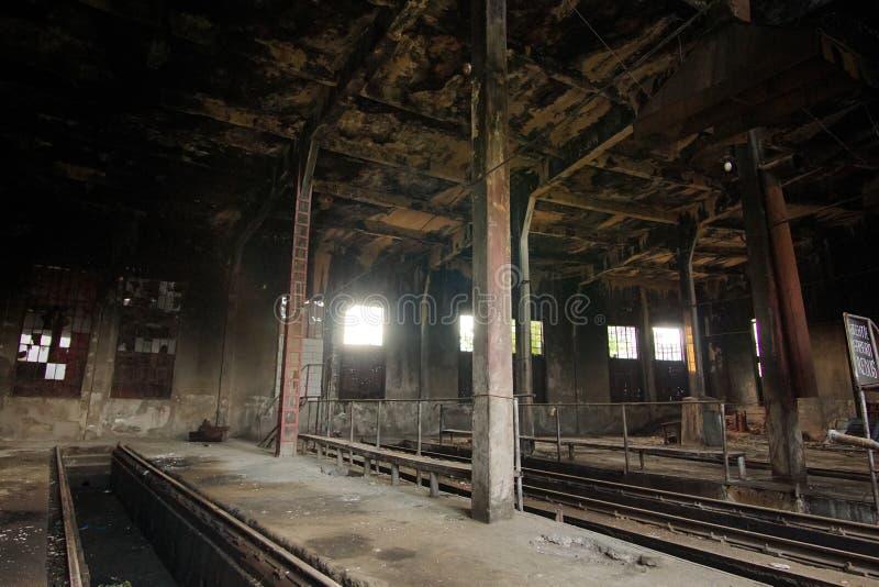 被放弃的列车车库腐朽 免版税库存照片