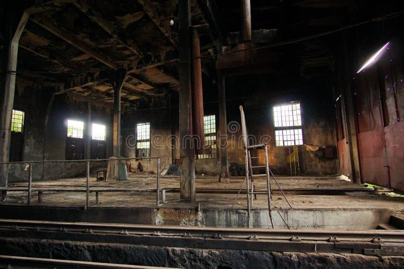 被放弃的列车车库腐朽 库存照片