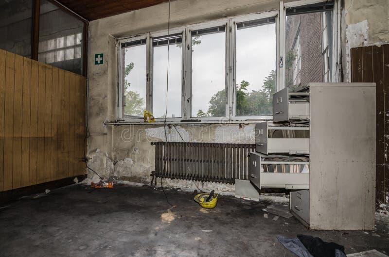 被放弃的办公室在工厂 图库摄影
