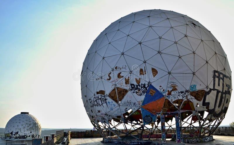 被放弃的和使荒凉的雷达基地球 免版税库存照片