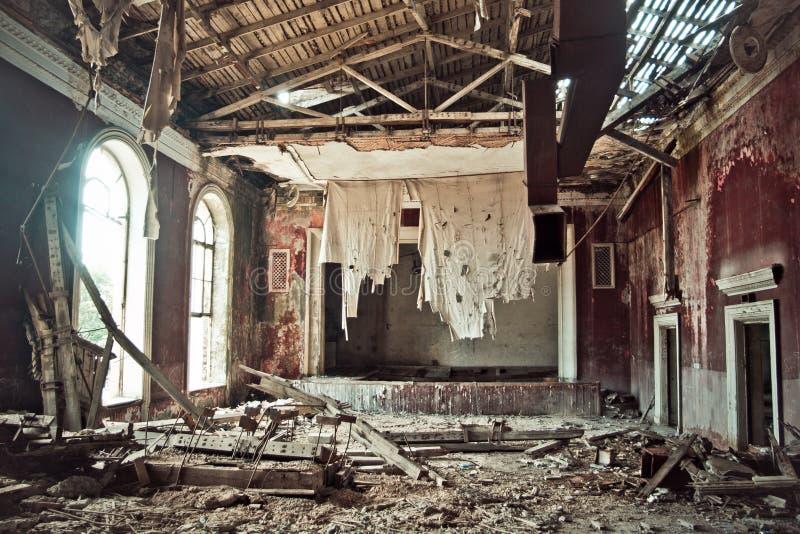 被放弃的和腐烂的剧院或戏院房子在素坤,阿布哈兹,乔治亚 免版税库存图片