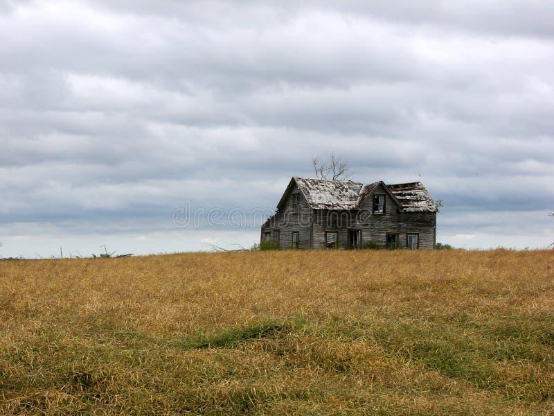 被放弃的多云日房子 库存照片