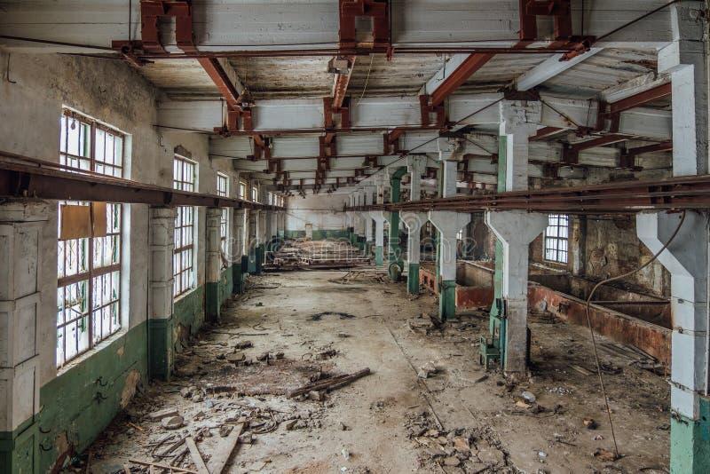 被放弃的大厦损坏的工厂行业内部老 库存照片