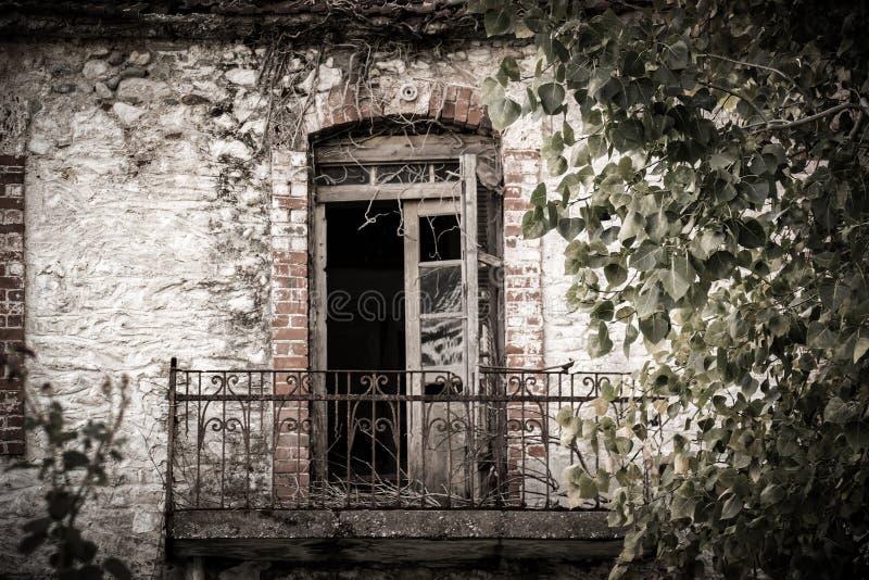被放弃的大厦的俏丽的阳台在希腊 免版税库存图片