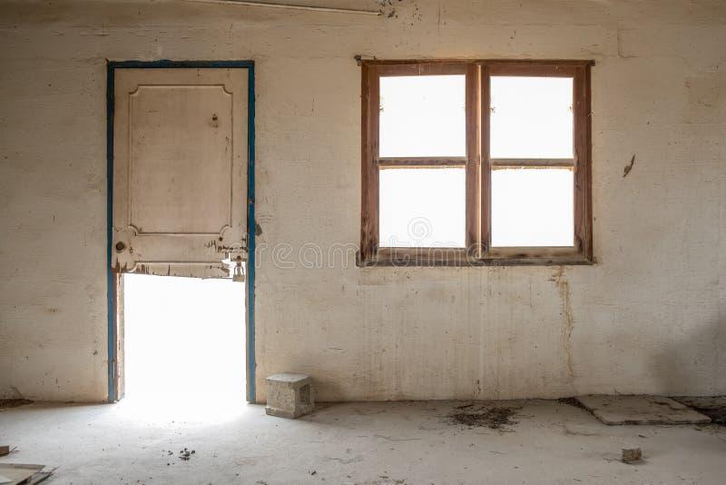 被放弃的大厦遗弃内部  免版税库存图片