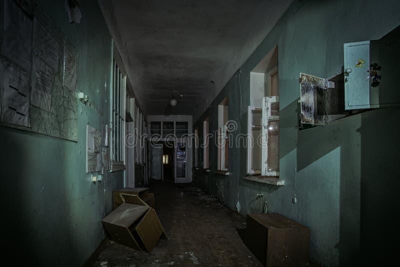 被放弃的大厦黑暗的蠕动的走廊  免版税图库摄影