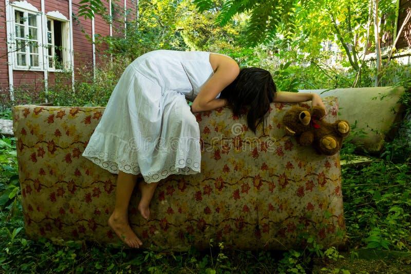 被放弃的女孩睡觉 免版税库存图片