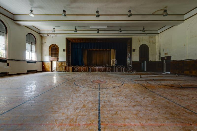 被放弃的学校健身房和阶段 库存照片