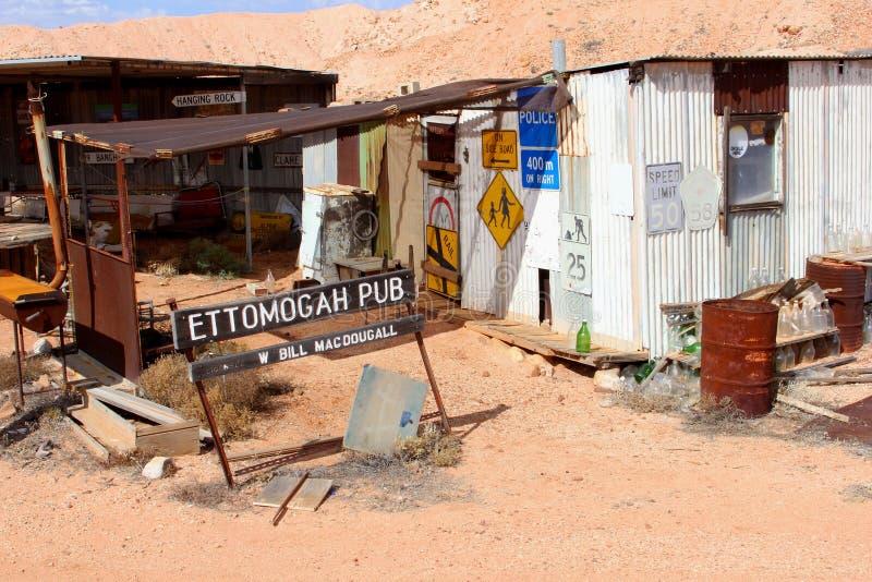 被放弃的客栈和减速火箭的牌在沙漠,澳大利亚 图库摄影