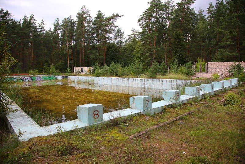 被放弃的室外游泳池 免版税库存图片