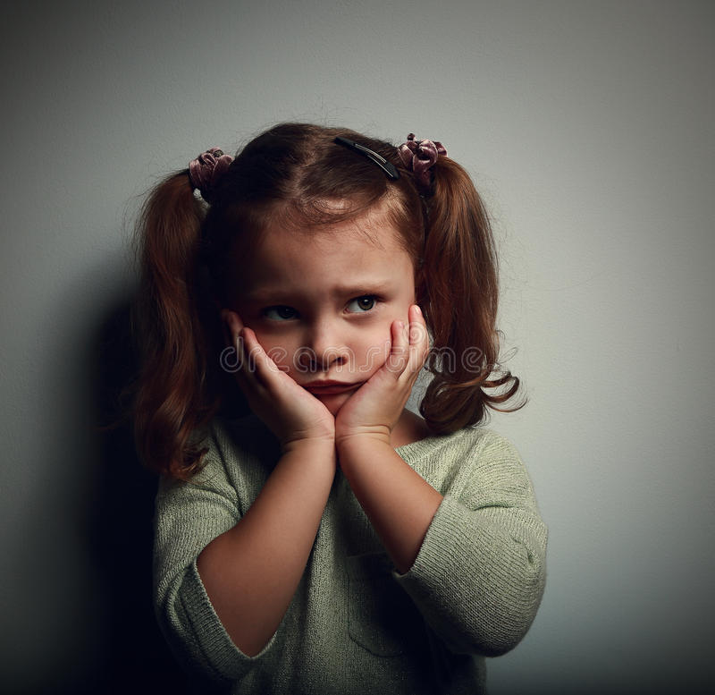 被放弃的害怕的孩子用手临近看与恐怖的面孔 免版税库存照片