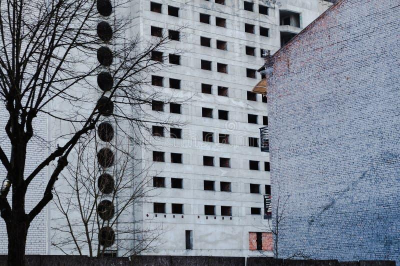 被放弃的封锁的巨大的灰色大厦 免版税库存照片