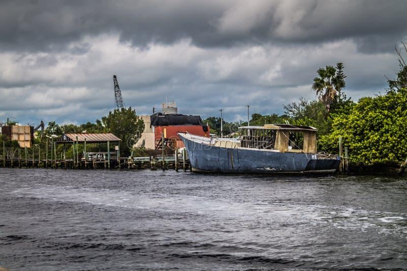 被放弃的小船在水中 图库摄影