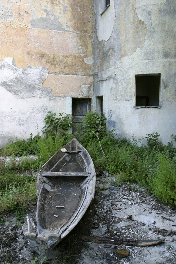 被放弃的小船捕鱼 免版税库存照片